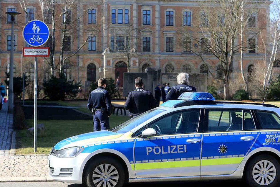 Die Polizei hatte beide Gerichtsgebäude und die umliegenden Straßen weiträumig abgesperrt.