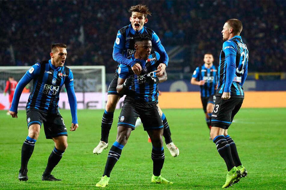 Atalantas Duvan Zapata (Mitte vorne) bejubelt mit seinen Mannschaftskollegen seinen Treffer zum 2:0.