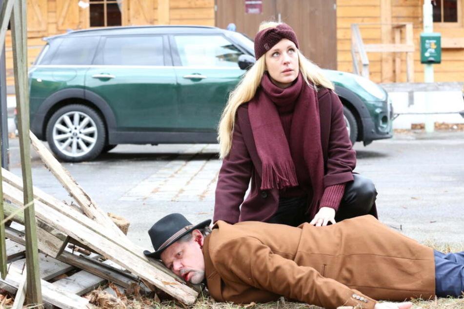Gruppeninspektorin Penny Lanz (Lilian Klebow) ist die Erste bei Michael Havranek (Hans-Maria Darnov), der zu Tode gestürzt ist.