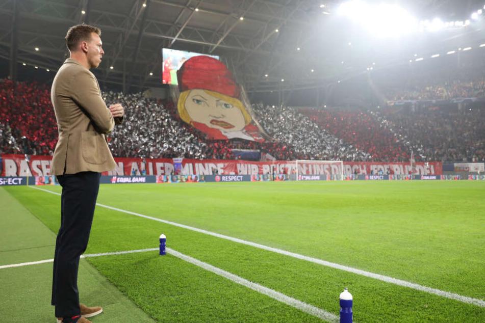 RB-Trainer Julian Nagelsmann vor der Fankurve samt Choreo.