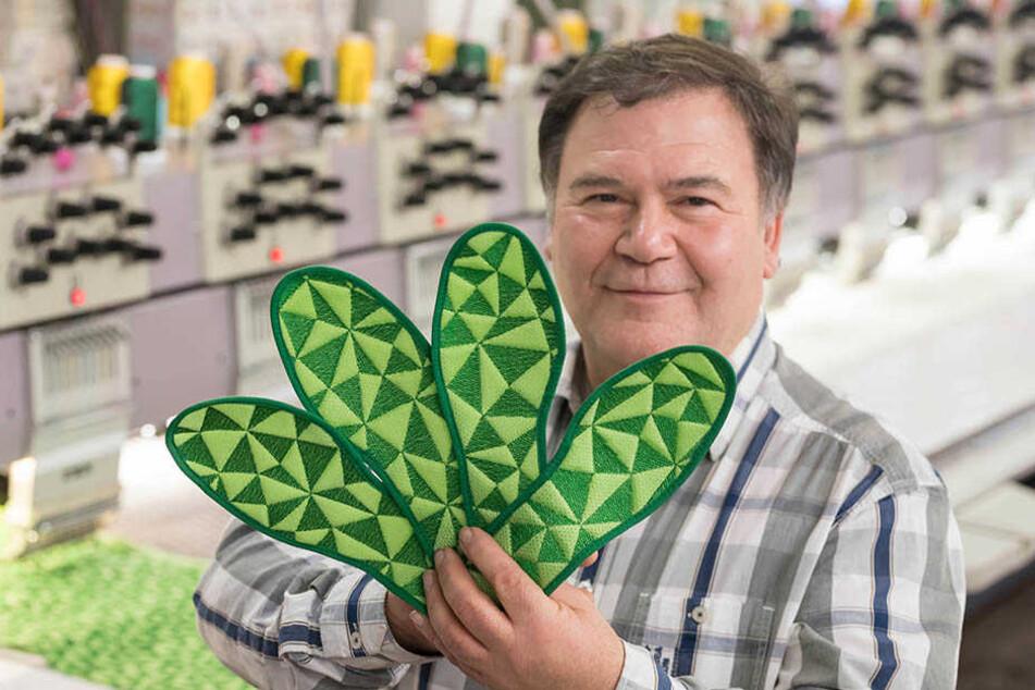 Firmenchef Hartmut Funke (61) mit dem neuesten Produkt seiner Stickerei, einer hochmodernen Einlegesohle.
