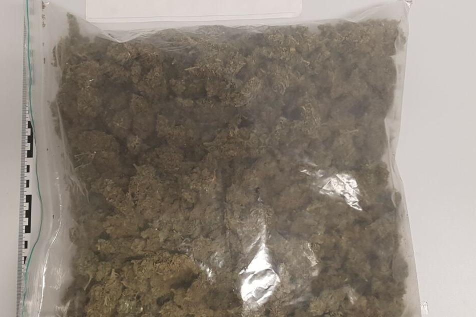 Das Paket Marihuana wurde beschlagnahmt.