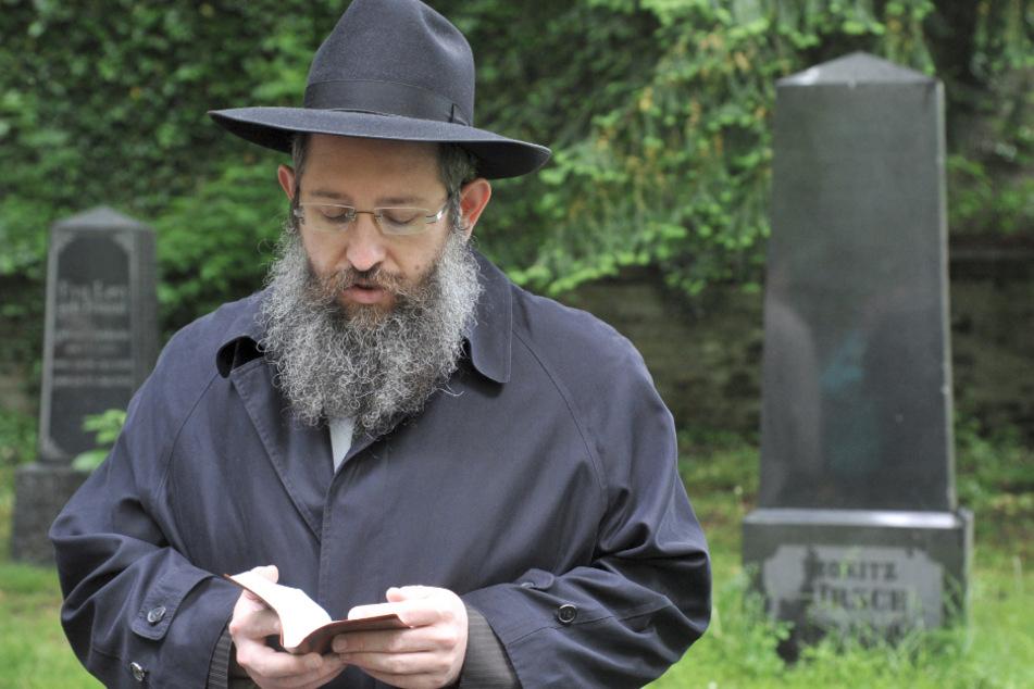 Rabbi Shneur Trebnik betet in Ulm auf dem alten jüdischen Friedhof. (Archivbild)
