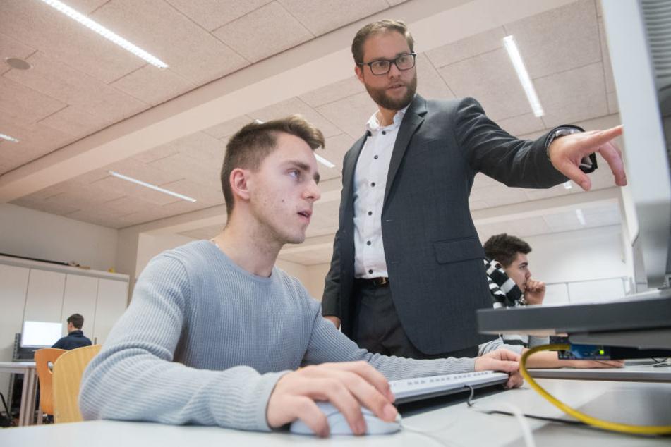 David Link (r.) unterrichtet einen Schüler im Fach Informationstechnik. (Archivbild)