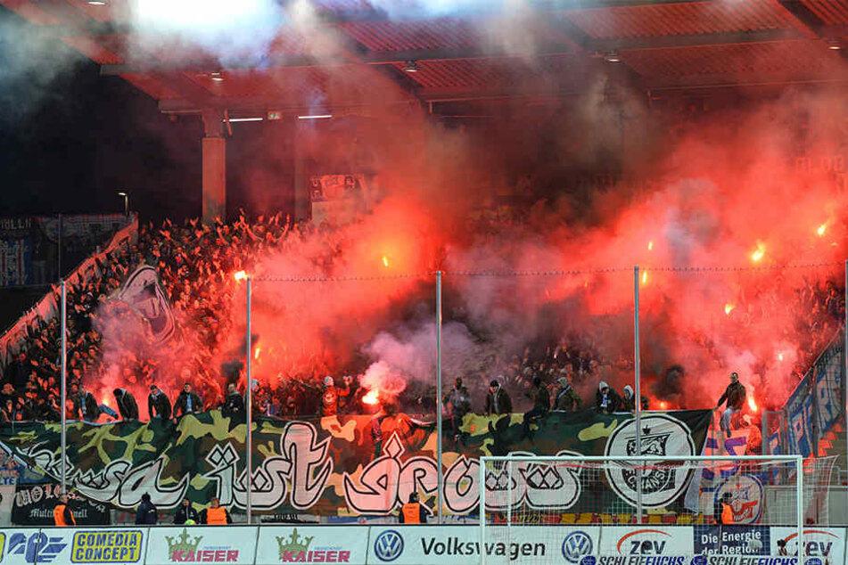 Die Hansa-Anhänger sorgten mit Pyrotechnik für eine Spielunterbrechung.