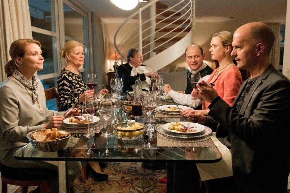 Gute Miene zum bösen Spiel: Anne und Erik mit Annes Eltern und einem befreundeten Paar beim Abendessen