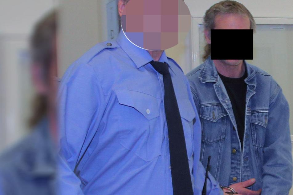 Sven H. (r, 45) auf dem Weg zum Gericht.