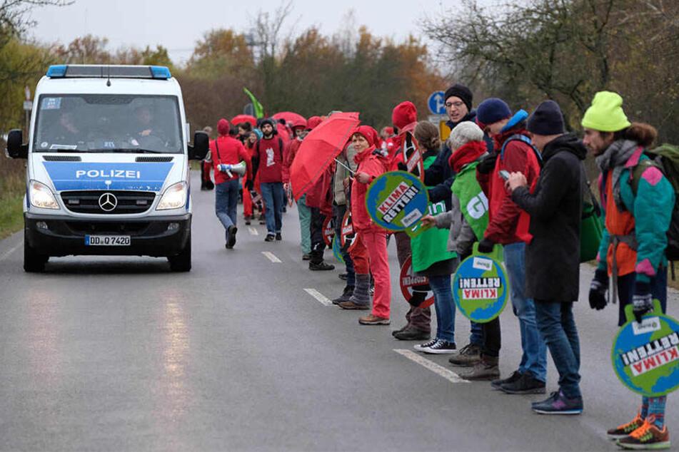 Gemeinsam mit Umweltschützern stellten sich die Bewohner von Pödelwitz am Sonntag symbolisch schützend vor ihr Dorf.