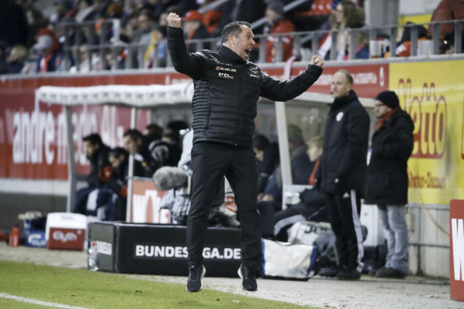 Und so ausgelassen feierte Markus Kauczinski nach Abpfiff in Regensburg. Aber auch da brauchte Dresden 45 Minuten, um ins Spiel zu kommen.