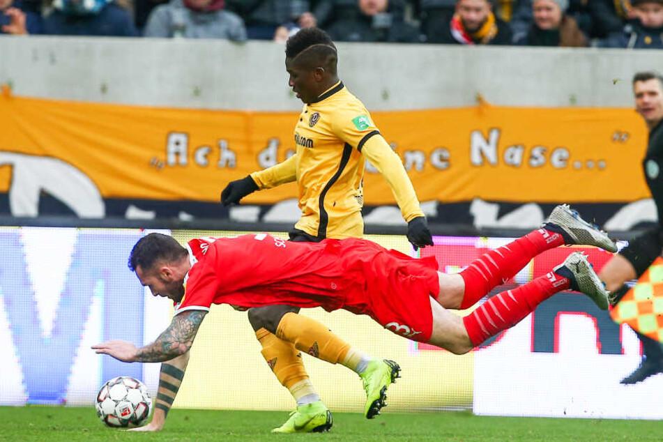 Moussa Koné (oben) und seine Dynamos wollen die Kieler Störche um Dominik Schmidt zu einer harten Landung zwingen.