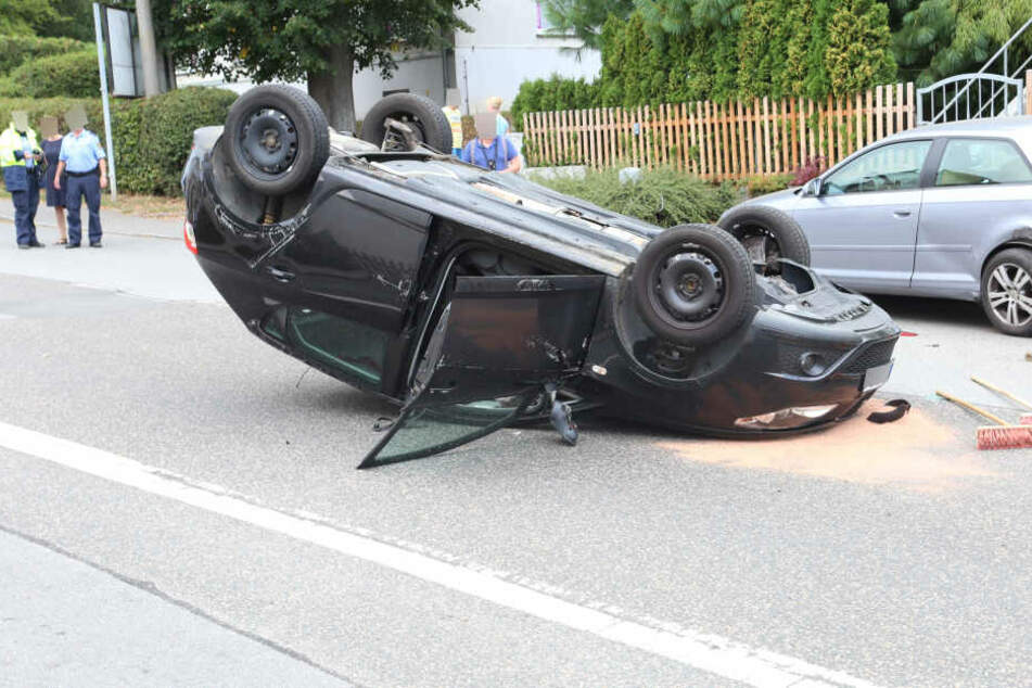 Parkendes Auto gerammt: Seat überschlägt sich mitten im Ort