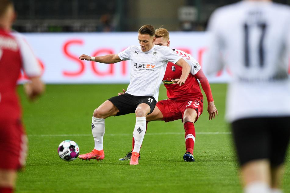 27. Spieltag der vergangenen Saison: Gladbachs Hannes Wolf (22, l.) im Zweikampf mit Freiburgs Philipp Lienhart (25).