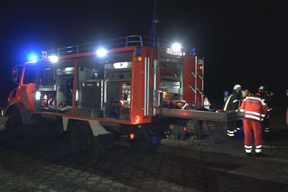 Ein Feuerwehrwagen steht am Einsatzort in Jemgum.