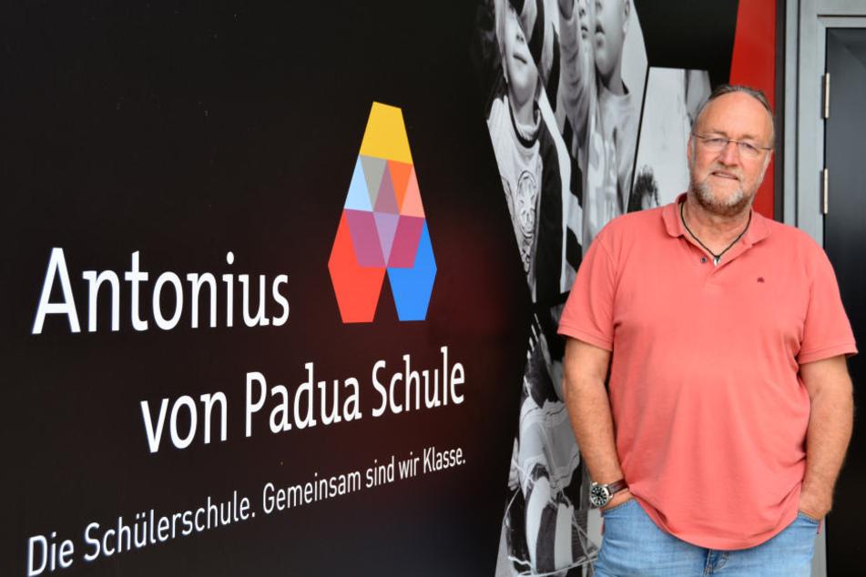 Der Rektor Padua Schule Hanno Henkel steht vor dem Eingang.