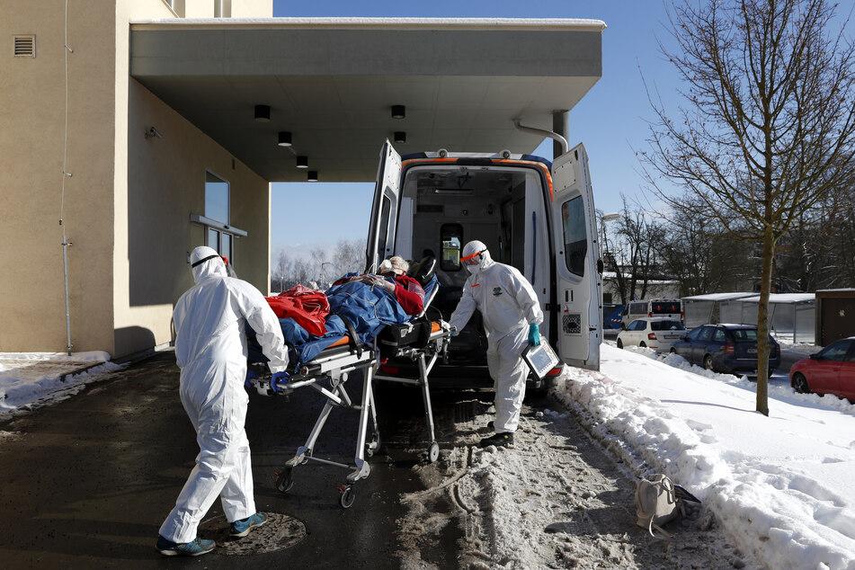Tschechische Krankenhäuser sind überlastet, deswegen sollen bald einige Corona-Patienten in Nachbarländer transportiert werden.