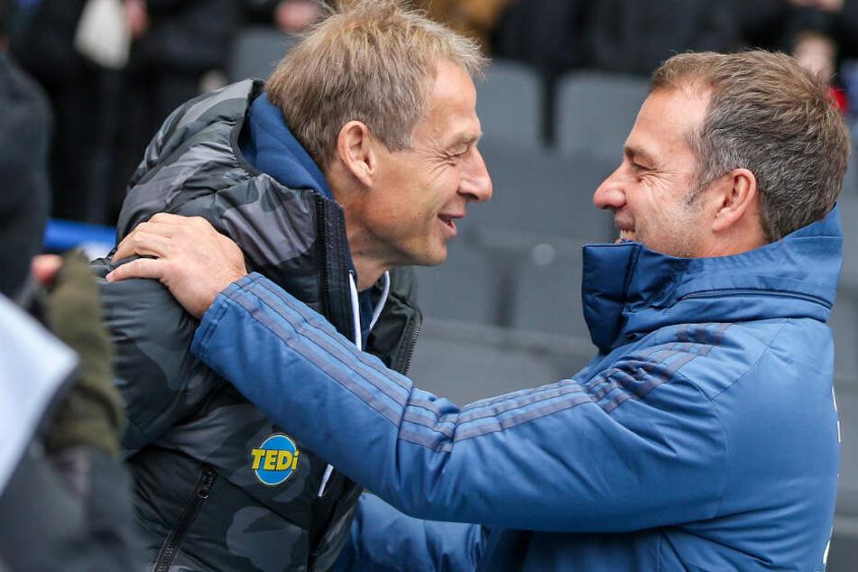 Berlins Trainer Jürgen Klinsmann (l) begrüßt Trainer Hansi Flick von Bayern München im Berliner Olympiastadion.