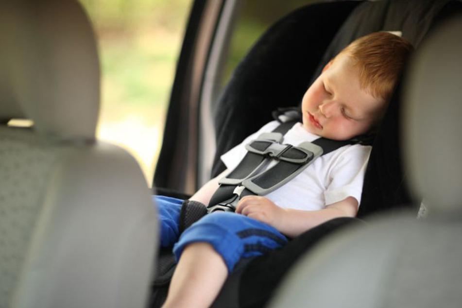 Ein Zweijähriger musste in Halle aus einem Auto befreit werden (Symbolbild).