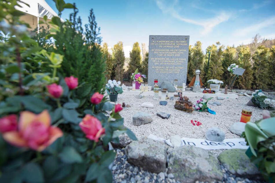 An der Absturzstelle in Frankreich hatten Angehörige zum Gedenktag Blumen niedergelegt.