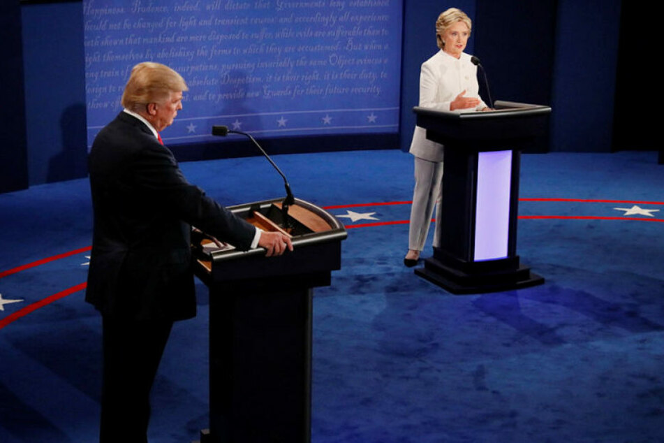 Trumpbeschuldigte seine diesmal in einem weißen Hosenanzug gekleidete Konkurrentin, Lügen über sexuelle Übergriffe zu verbreiten.