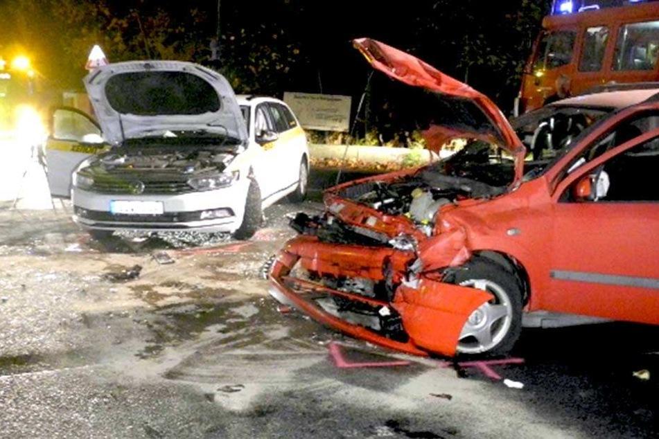 Der Opel krachte in einem VW Passat. Beide Fahrer wurden verletzt ins Krankenhaus gebracht.