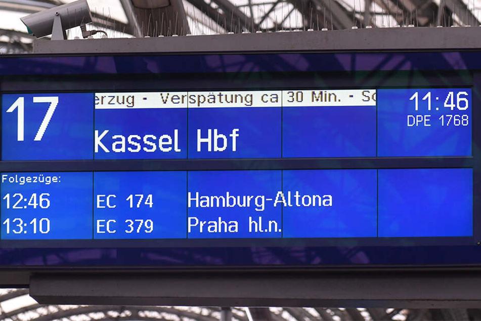 Die Anzeigetafel zeigt's. Knapp 30 Minuten verspätet ging's nach Hessen.