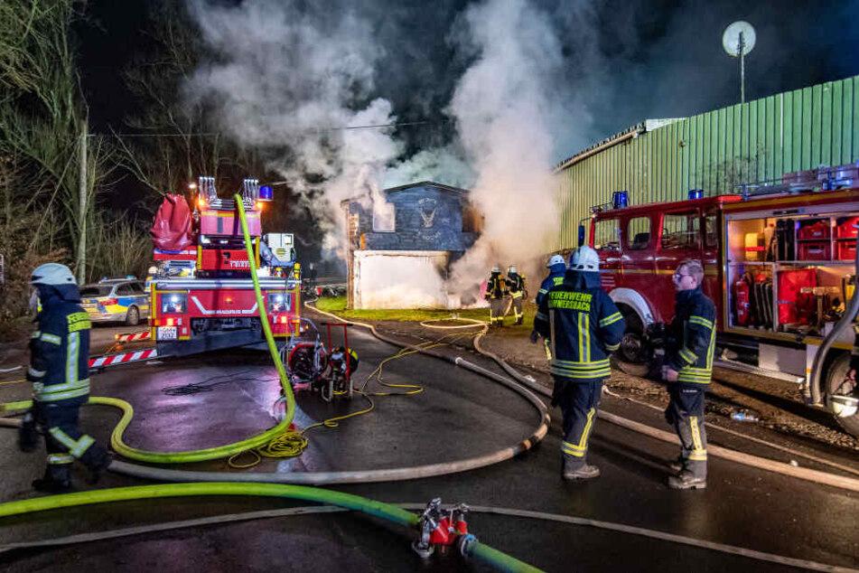 Feuerwehrleute löschen das Clubhaus der Rockergruppe Hells Angels in Gummersbach.