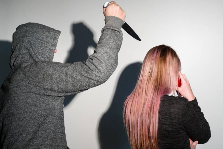 Angeblich wurde die Frau mit einem Messer bedroht. (Symbolbild)