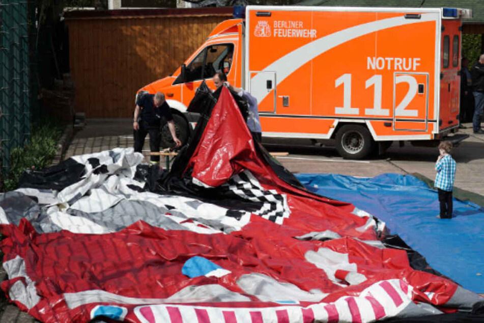 Unglück in Hellersdorf: Hüpfburg kippt um - elf Kinder verletzt