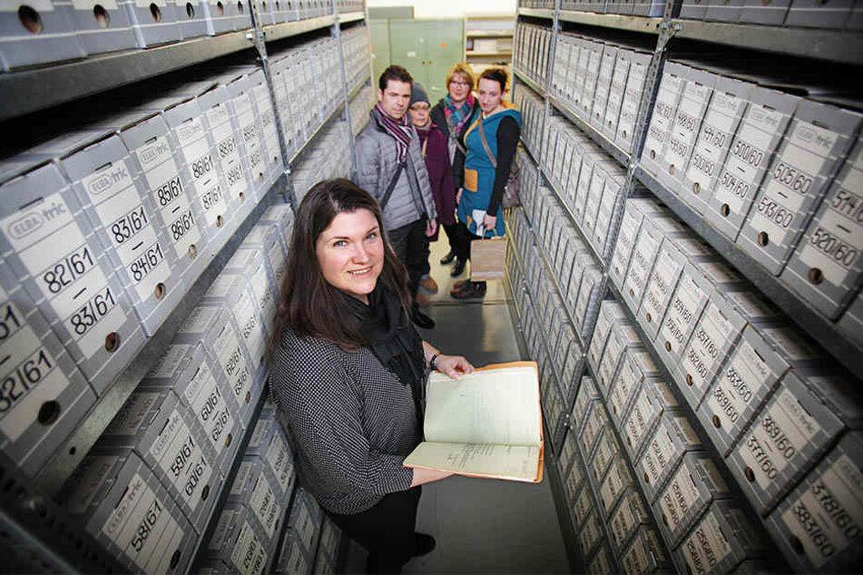 In Dresden führte Archiv-Leiterin Annegret Jahn-Marx Besucher durch die Aktenbestände der Stasi-Unterlagenbehörde.