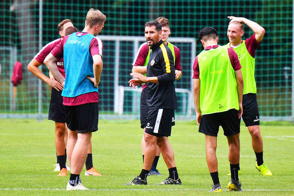 Die Anweisungen von Dresdens Trainer Cristian Fiel (M.) sind zwar laut, energisch und bestimmt, aber immer sachlich und nie ungehalten. Die Kicker um Kapitän Marco Hartmann (l.) hören so auch aufmerksam zu.