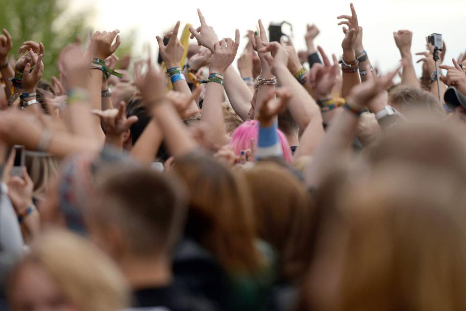 Hilfloser Leipziger nackt auf Festival-Toilette gefunden