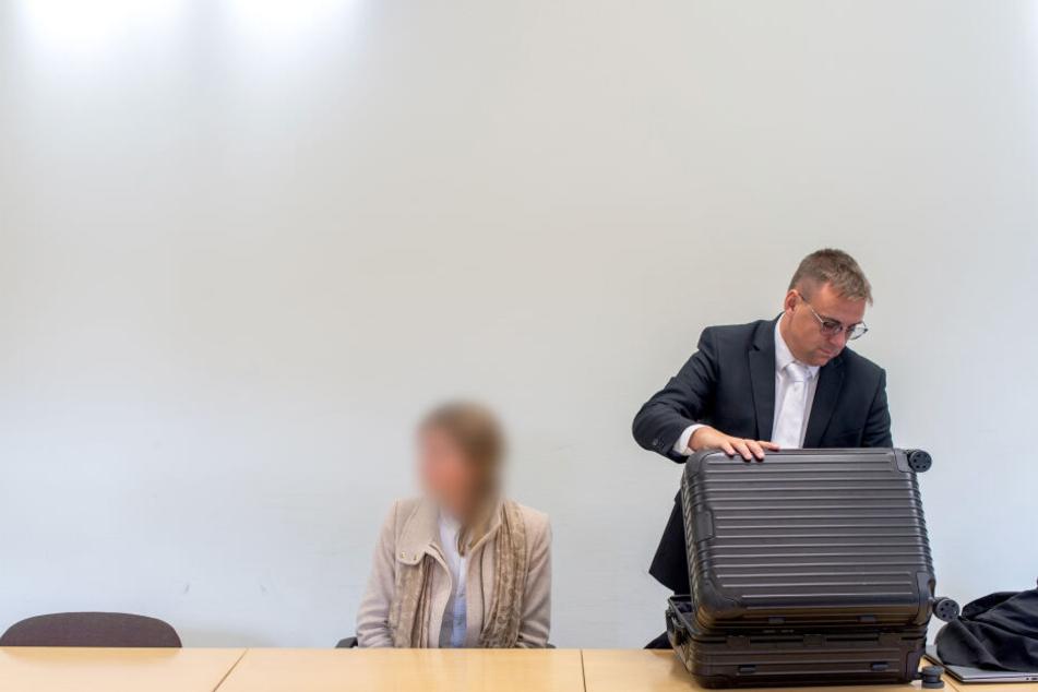 Neben der Angeklagten Luisa P. bereitet sich ihr Verteidiger, der Rechtsanwalt Markus Bauer, auf die Verhandlung vor.