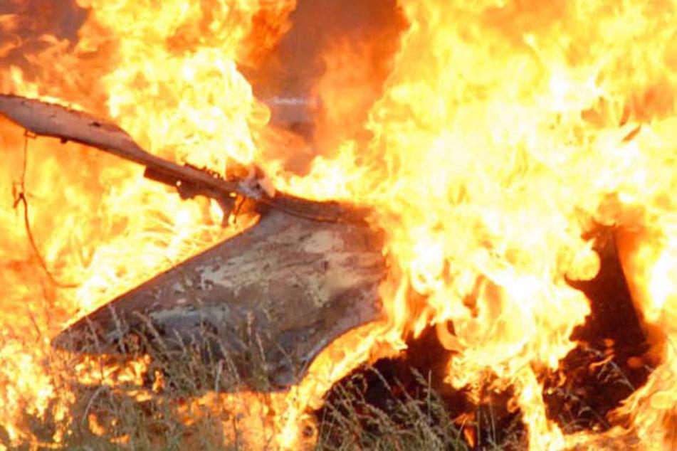 Ein Auto brannte völlig aus; ein zweites wurde leicht beschädigt. (Symbolbild)