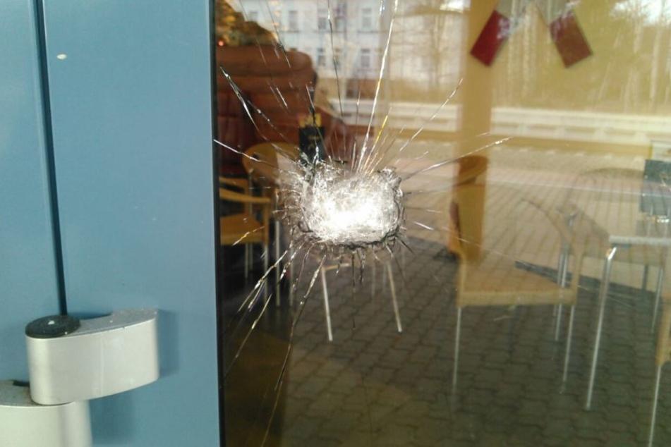Die Explosion ließ Fensterscheiben zu Bruch gehen oder beschädigte diese.