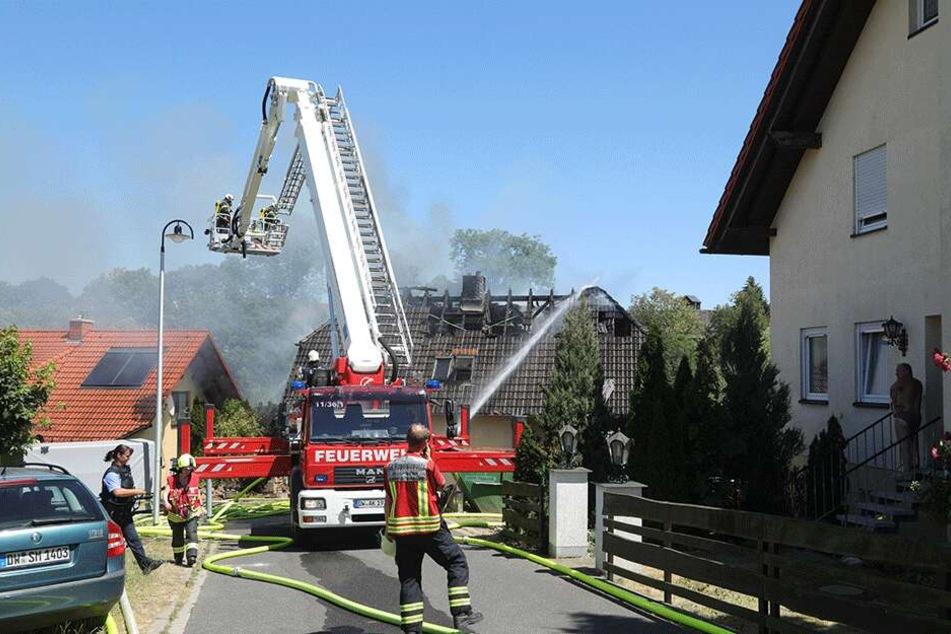 Das Dach des Einfamilienhauses brannte lichterloh.