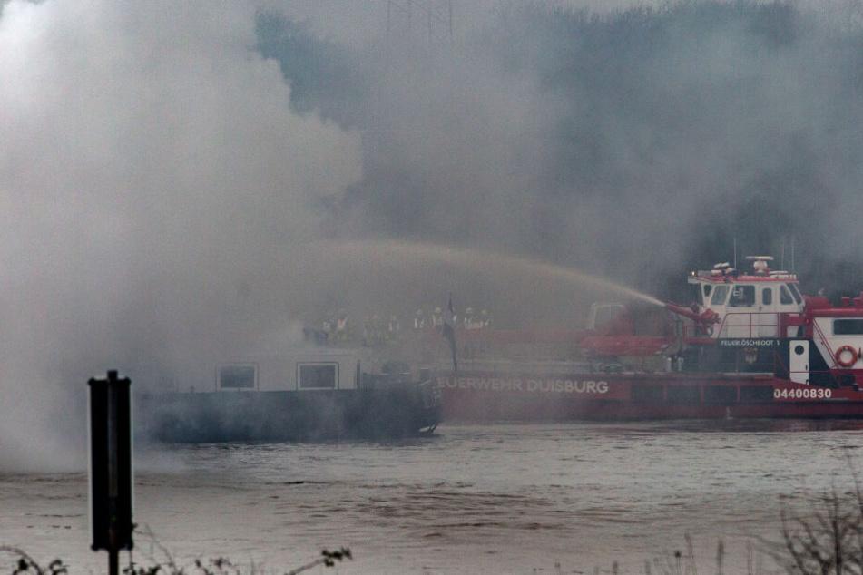 Dichte Rauchschwaden stiegen über dem Schiff auf.