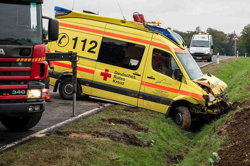 Rettungswagen verunglückt: Bundesstraße gesperrt