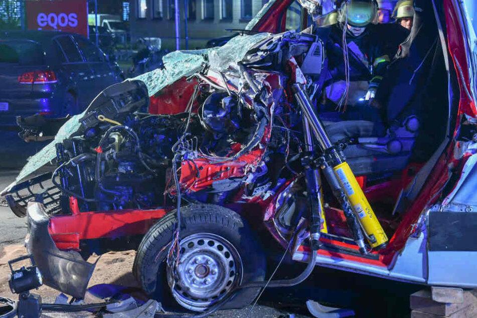 Die Front des Fahrzeugs wurde bei der Kollision komplett zerstört.