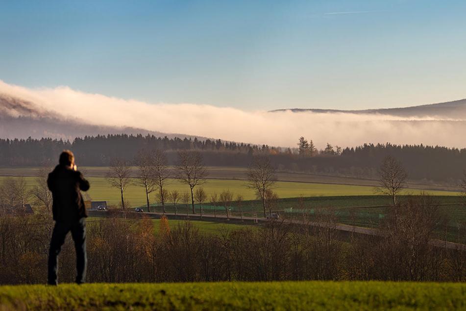 Beliebtes Fotomotiv in diesen Herbsttagen: Dicke Nebelschwaden quellen aus Böhmen über den Erzgebirgskamm.