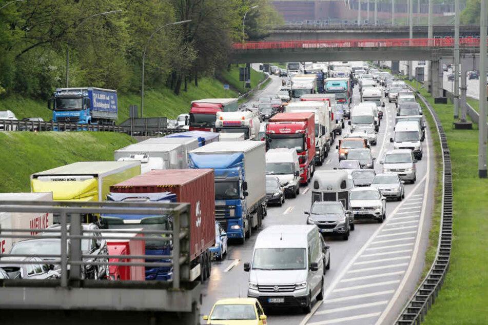 Lastwagen überschlägt sich: Autobahn 7 gesperrt