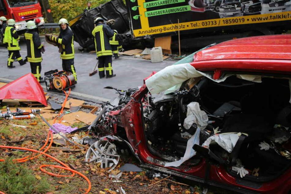 Der Hyundaifahrer musste aus dem Wrack seines Autos geschnitten werden.