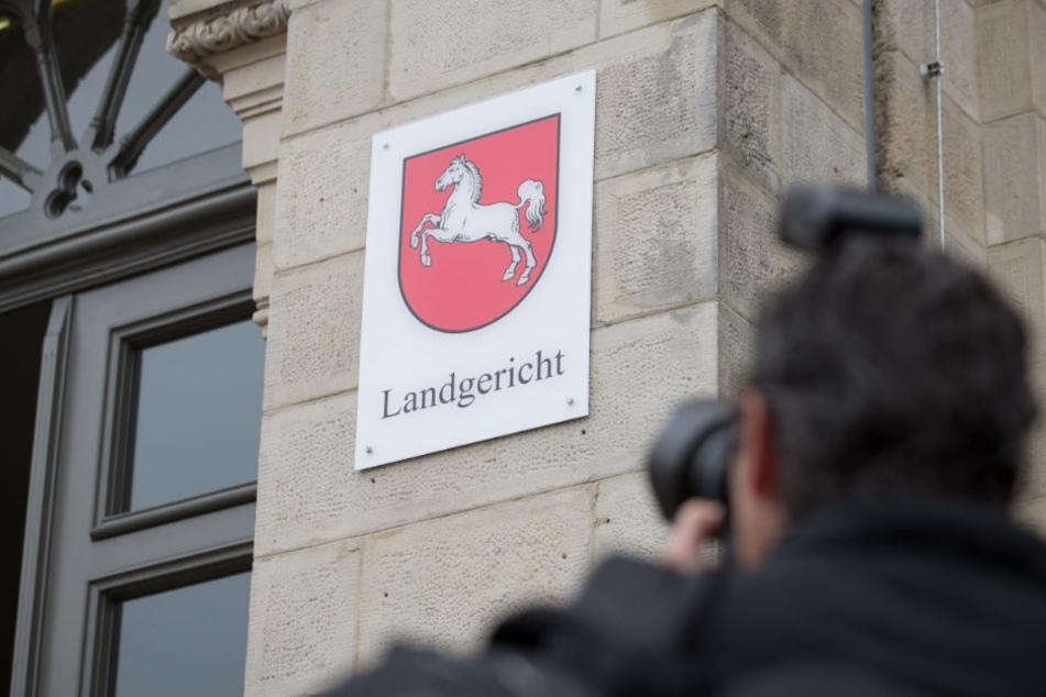 Vor dem Landgericht in Osnabrück muss sich der 25-Jährige verantworten.