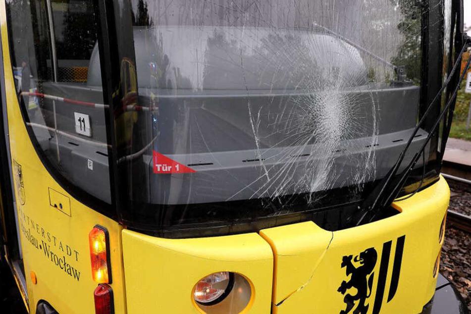 Die beschädigte Frontscheibe der Straßenbahn.