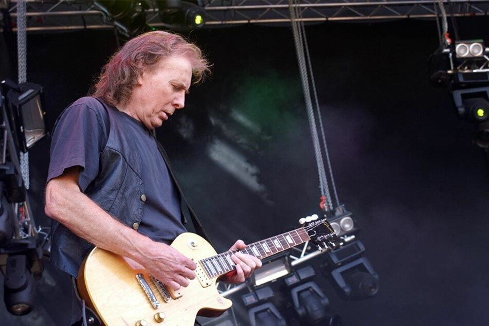 """Der ehemalige Motörhead-Gitarrist """"Fast"""" Eddie Clarke steht mit seiner Band Fastway am 09.06.2007 beim Sweden Rock Festival in Sölvesborg auf der Bühne."""