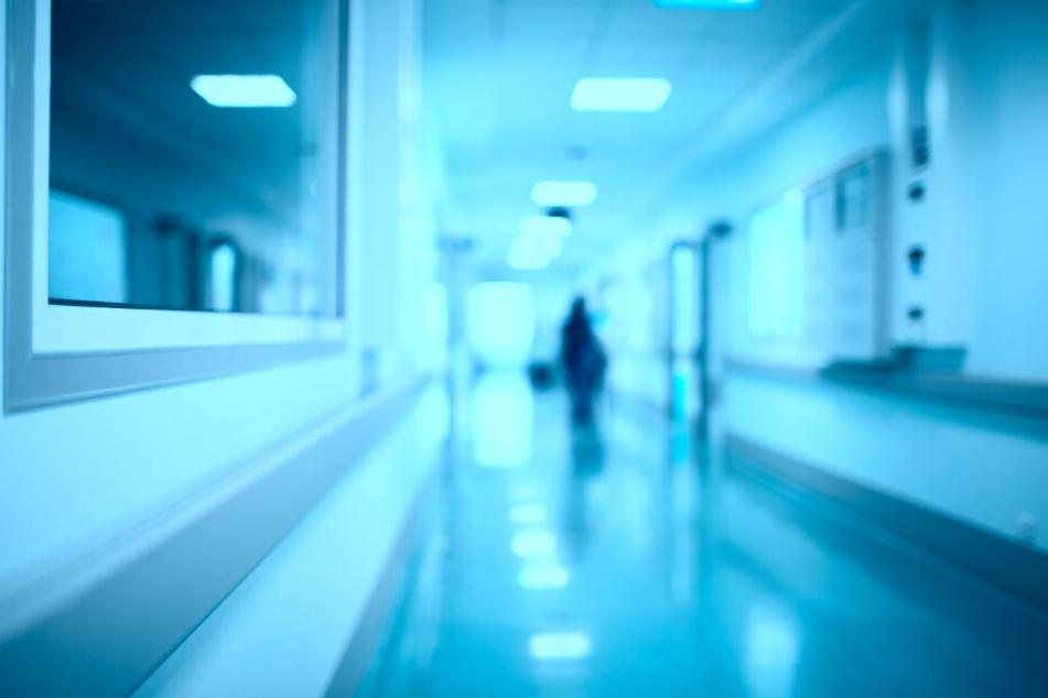 Die Männer holten schließlich den Leichnam des Babys aus dem Krankenhaus.