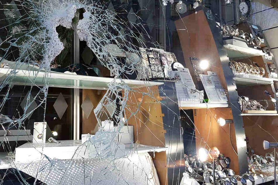 Aus dem Schaufenster entwendeten die Täter diverse Schmuck-Gegenstände.