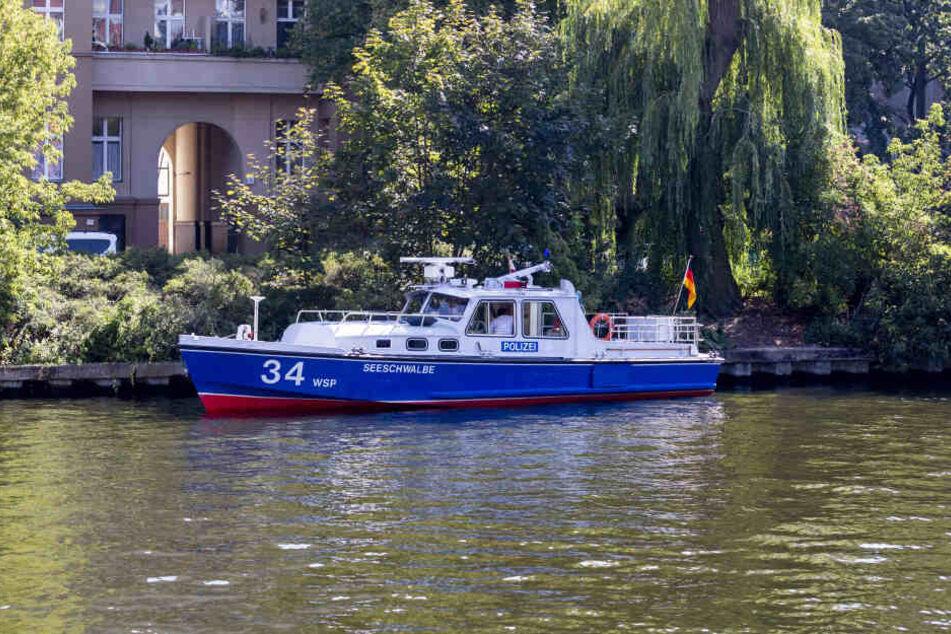 Mit Booten suchte die Berliner Polizei nach Hinweisen.