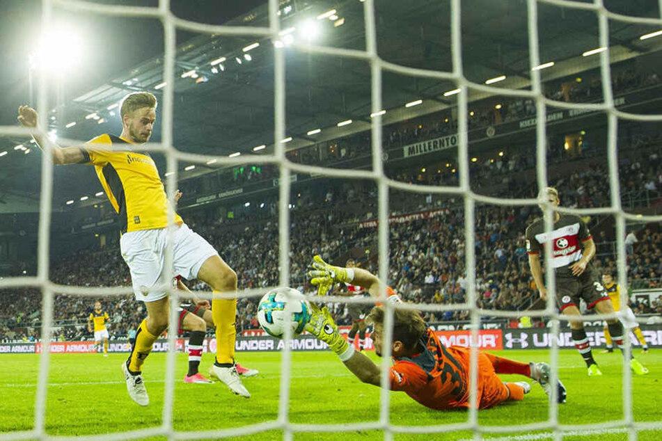 In Hamburg stand Lucas Röser da, wo ein Mittelstürmer stehen muss. Den Abpraller von Pauli-Keeper Robin Himmelmann drückte er mit dem Knie zum 2:2 über die Linie.