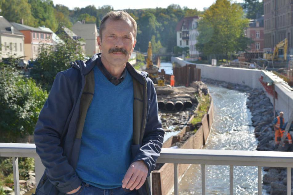 Ralf Kirchübel (59) von der Bürgerinitiative sieht die neu gebauten Hochwasser-Schutzmauern an der Würschnitz mit Skepsis.