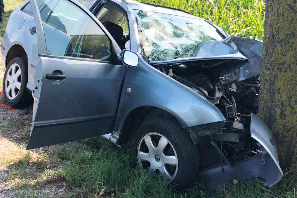 Horror-Unfall: Skoda-Fahrer rast frontal gegen Baum und stirbt